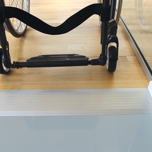 Cover plates removes doorsteps as an obstacle for wheelchair and rollator users in a discreet, aesthetically pleasing manner
