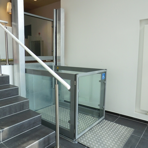 The Stepless LP8 platform lift is ideal for use in places where users have to negotiate height differences of up to 3 metres.