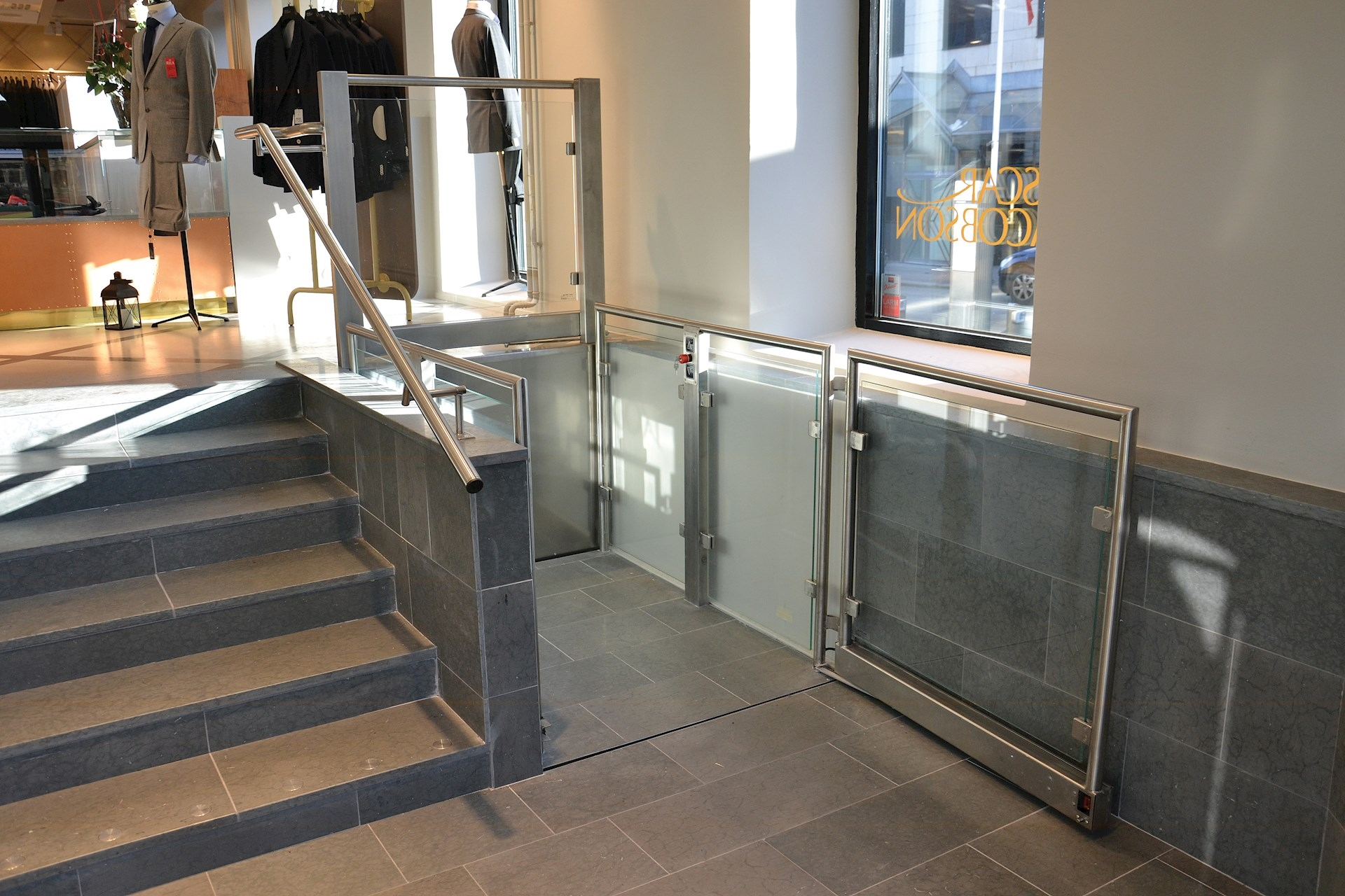 The Stepless SLP A platform lift is a customised model with upper and lower gates, as well as a high rail adapted to suit the setting.