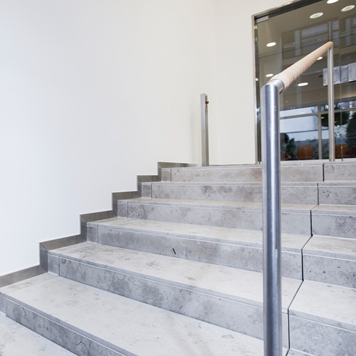 Platform lift designed for embedding in a flight of stairs or steps