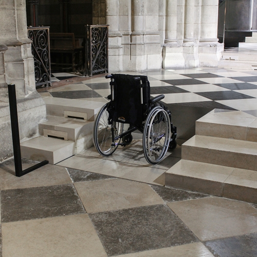 Platform lift at Notre Dame, discreet and invisible access