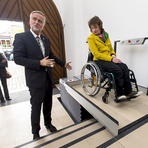Cas: Lift enables wheelchair users to access Osnabrück registry office